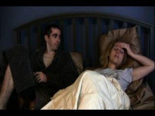 자매 캐서린과 형제 안토니가 침대를 공유하고있다.