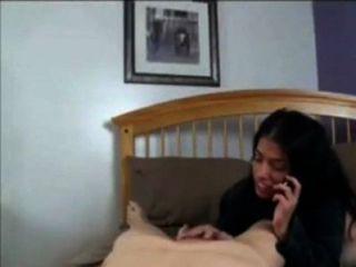 엄마는 아들과 함께 전화하는 동안 아빠와 이야기