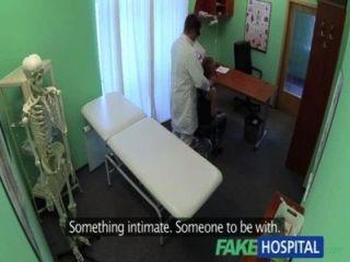 가짜 병원 의사의 수탉은 상담 중에 섹시한 학생 우울증을 배수합니다