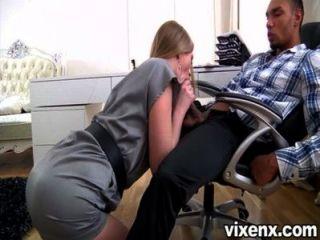 섹시한 금발 비서 milana 여우 그녀의 상사를 기쁘게
