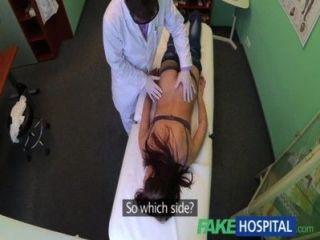 가짜 병원 예쁜 환자가 간호사에 의해 준비되었다.