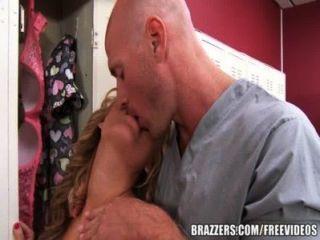 brazzers 간호사가 라커룸에서 좆된다.