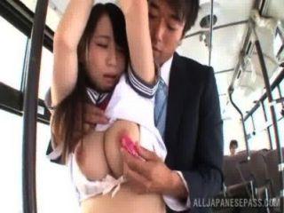 학교 유니폼을 입은 아시아 소녀가 버스에 못 박히다.
