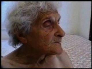 아주 오래 된 할머니는 여전히 싫어한다.