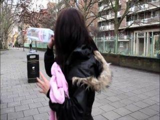 대중에서 소변을 보지 않는 포르노 영국 소녀