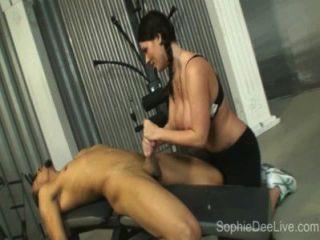 체육관 걸레 소피 디는 체육관에서 그녀의 엉덩이에 큰 검은 거시기 걸립니다!