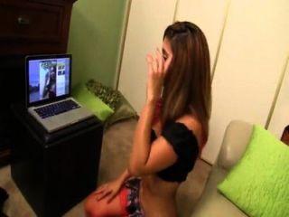 형제는 자매 reena 하늘을 잡는다 webcam 그에게 handjob를 준다