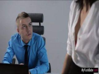 섹시한 비서 sheri vi는 그녀의 상사를 유혹하고 그와 잤다.
