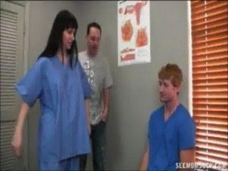 뜨거운 의사가 큰 골수를 괴롭 혔어.