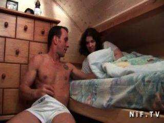 젊은 아마추어 프랑스 창녀가 그녀의 룸메이트가 핥고 엉덩이를 좆