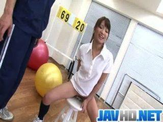 suzu minamoto가 섹스 토이에 좆 된 그녀의 음부를 가져옵니다.