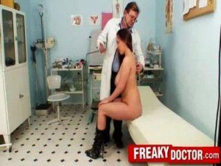 거대한 가슴 갈색 머리 스텔라 폭스 검진 클리닉에서 건강 검진