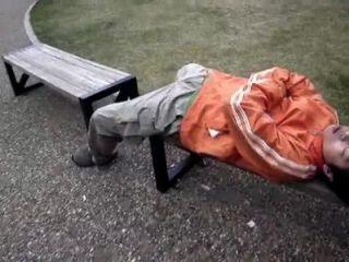 일본 사람들이 공중에서 잠자는 남자들과 놀아 라.