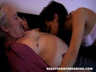 브루스 더러운 늙은이 페트라 같은 어린 소녀와 섹스를 사랑한다.