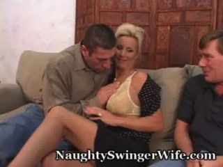 흥분 된 나이 든 커플은 스윙을 좋아한다.
