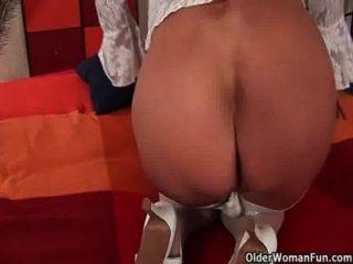 할머니가 스타킹에 그녀의 엉덩이에 딜도를 못살게 굴지.