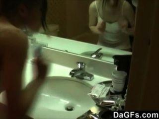 내 여자 친구가 그녀가 화장실에서 자위하는 동안 촬영했다.