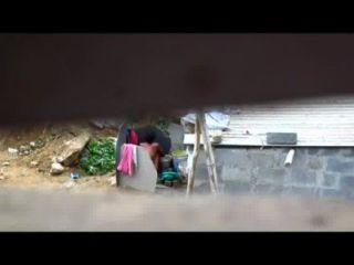 인도 여성 목욕탕 야외에서