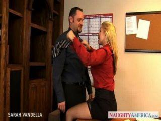 섹시한 sarah vandella가 구강 성교를 제공합니다