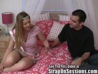 수줍은 소년 엉덩이에 내 핑크색 끈으로 좆!