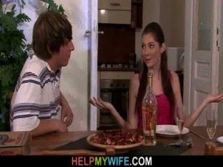 피자 녀석은 그의 젊은 아내를한다.