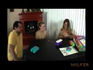 어머니가 아빠가 딸을 fucking하는 데 도움이됩니다. milfzr.com xnxx.com