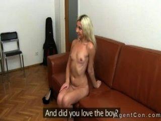가짜 대리인이 금발을 벗고 사무실에서 그녀를 성교시킵니다.