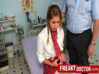 늙은 음부 의사가 학교 소녀 레이첼 에반스를 치료합니다.