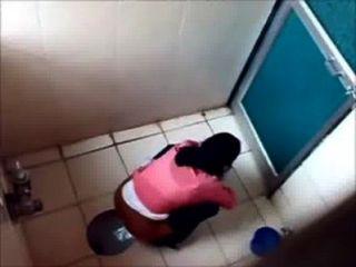 3 명의 대학생들이 유명한 뭄바이 대학 화장실에 오줌 싸다.