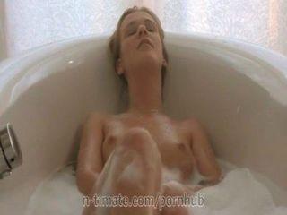 알렉스 크리스탈이 목욕탕에서 자위하고있다.