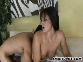 뜨거운 아마추어의 아가씨는 젊은 수탉을 엿 먹이고 섹스를한다.