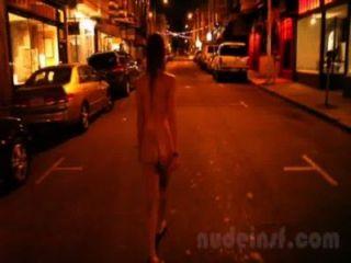 샌프란시스코의 누드 : 밤늦게 벌거 벗은 거리를 걷는 소녀의 짧은 클립