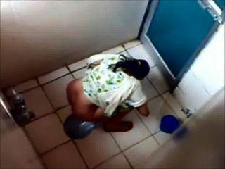 뭄바이 대학 화장실에 오줌 싸는 6 명의 소녀