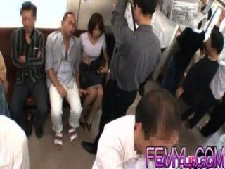 섹시한 아시아 인이 열차에서 열심히 사로 잡혔다.