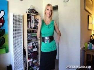 섹시한 유부녀는 경련을 즐긴다.