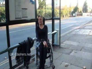 paraprincess 실외 노출증과 번쩍이는 휠체어 바쁜