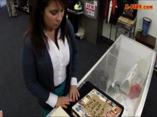 latina wifey는 bailfor 보석금을 지불하기 위해 돈을 위해 그녀의 머프를 판다.