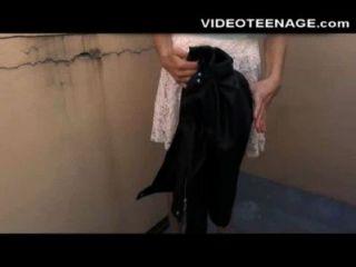 수줍은 십대 그녀의 첫 번째 항문 포르노 주조 않습니다