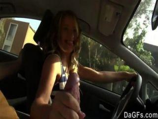 그녀는 그녀의 첫 번째 섹스 장면에 대해 차에서 섹스하고 싶어합니다.