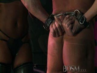 bdsm xxx 두건을 붙인 노예는 강한 dominant doms에 의해 시험된다