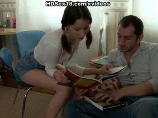 땋은 머리를 가진 어린 소녀가 그녀의 남자 친구를 엿먹였습니다.