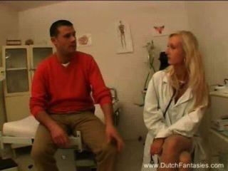 금발 네덜란드 의사가 그녀의 환자를 성교