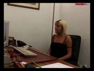 사무실에서 자위를하는 이탈리아의 금발 비서 이탈리아어 포르노
