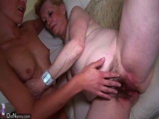 좋은 젊은 여자와 자그마한 할머니.