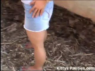 지루한 사춘기 키티는 당신이 그녀와 놀기를 원한다.
