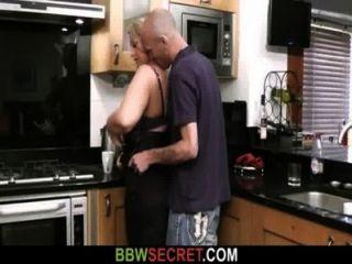 결혼 한 남자는 그녀의 뚱뚱한 여자를 핥고 성교한다.