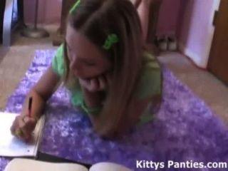 그녀의 숙제를하고 18 세의 십대 키티