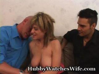 아내는 남편이 다른 여자를 지켜 보는 것을 매우 기쁘게 생각합니다.