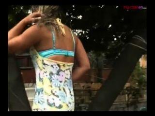 두 명의 흥분한 남자에 의해 범 해지는 이탈리아의 금발의 창녀