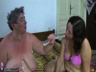 oldnanny 늙은 뚱뚱한 할머니와 뚱뚱한 사춘기는 딜도 라구 딜도와 젊은 남자와 함께 즐기고있다